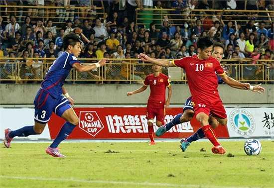 Những pha kết thúc của Văn Quyết, Minh Tuấn hay Thành Lương trong hiệp đấu này thường thiếu độ chuẩn xác hoặc bị các trung vệ Đài Loan lăn xả, đánh chặn. (Ảnh: VFF)