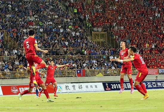 Phải đến phút 53, tuyển Việt Nam mới khai thông bế tắc. Công Vinh đánh đầu cắt mặt sau pha phạt góc của Thành Lương khiến thủ thành Đài Loan không bắt dính bóng và Tiến Thành lao vào đệm bóng cận thành, tung lưới. (Ảnh: VFF)