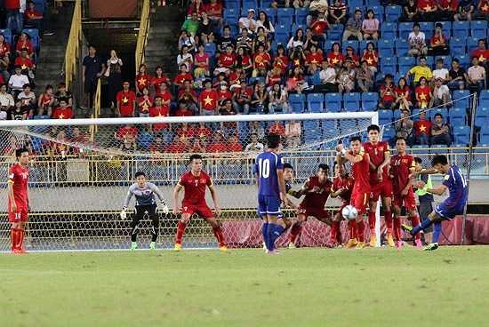 Sau bàn thua, Đài Loan dồn ép Việt Nam và đã có những cơ hội gỡ hòa mười mươi song Nguyên Mạnh chơi xuất sắc, từ chối. (Ảnh: VFF)