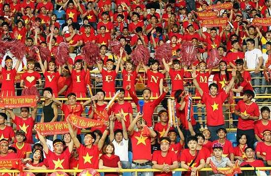 Tuy nhiên, các học trò HLV Miura nhận được sự cổ vũ rất lớn từ gần 1 vạn CĐV Việt Nam có mặt ở sân Municipal. (Ảnh: VFF)