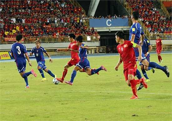 Tiền đạo của Hà Nội T&T luôn bị các cầu thủ Đài Loan theo sát. (Ảnh: VFF)