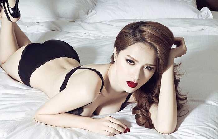 Hương Giang Idol vừa khoe bộ ảnh với nội y trong phòng ngủ để quảng bá chosản phẩm mới được đầu tư khá công phu với cái tênAi đẹp nhất đêm nay.