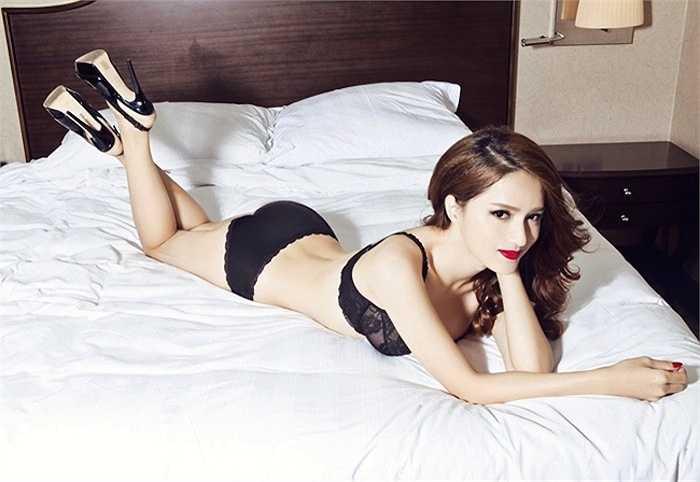 Được coi là một trong những mỹ nhân chuyển giới có thân hình nuột nà và gương mặt nữ tính nhất showbiz Việt, Hương Giang Idol không ngại khoe những lợi thế của mình.