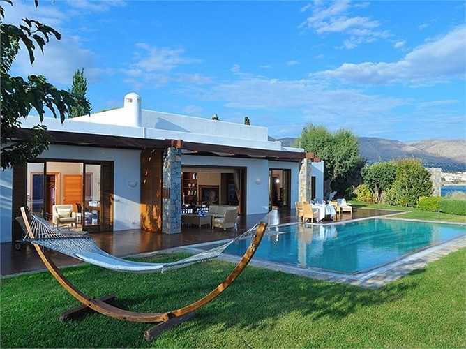 Royal Villa Grand Resort Lagonissi, Athens-Sounion (Hy Lạp): Phòng nghỉ có bể bởi riêng, có huấn luyện viên thể dục và đầu bếp riêng, máy bay riêng. Giá 47.000 USD/đêm