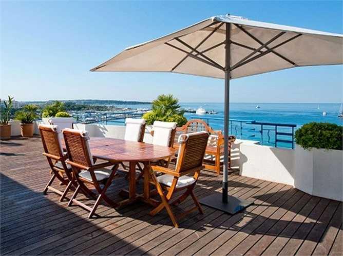 Penthouse Suite (Grand Hyatt Cannes), Pháp: Phòng tắm lát đá cẩm thạch, ban công rộng nhìn ra biển Địa Trung Hải. Giá 37.500 USD/đêm