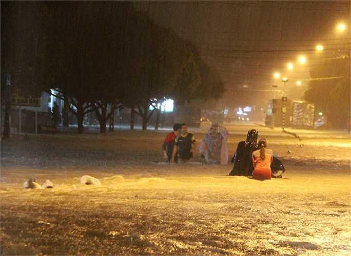 Cơn mưa lớn kéo dài nhiều giờ đêm 8/9 khiến các tuyến đường nội ô TP Biên Hòa như Nguyễn Ái Quốc, Đồng Khởi, Dương Tử Giang, Bùi Văn Hòa... ngập nặng.