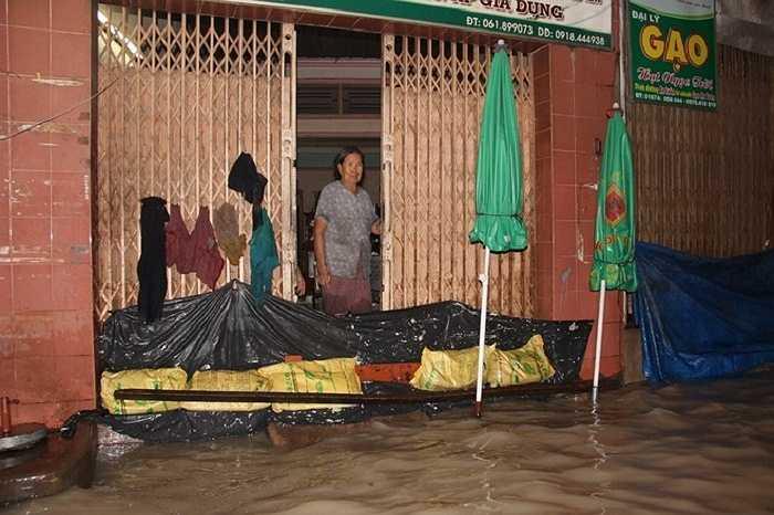 'Tôi ở đây 25 năm, lần đầu tiên thấy nước lên cao như vậy', một người dân sống trên đường Đồng Khởi cho hay. Ông Nguyễn Phước Huy, Giám đốc trung tâm khí tượng thủy văn Đồng Nai cho biết, cơn mưa lớn kéo dài đến 23h45 đêm qua khiến lượng nước đổ xuống TP Biên Hòa là 165 mm. Đây được xem là lượng mưa kỷ lục rất nhiều năm qua ở Đồng Nai.
