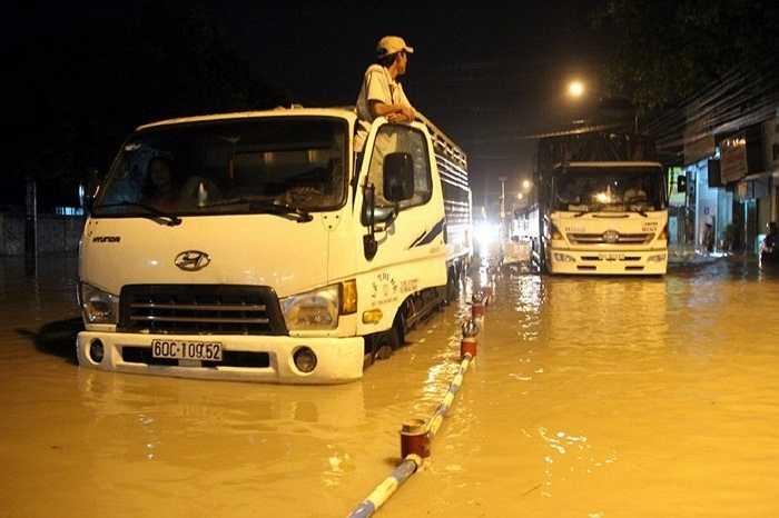 Hàng loạt ôtô chết máy nằm bất động trên đường Nguyễn Ái Quốc rạng sáng 9/9.
