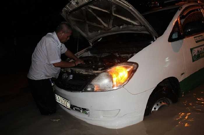 Bác tài taxi loay hoay sửa cả tiếng vẫn chưa xong.