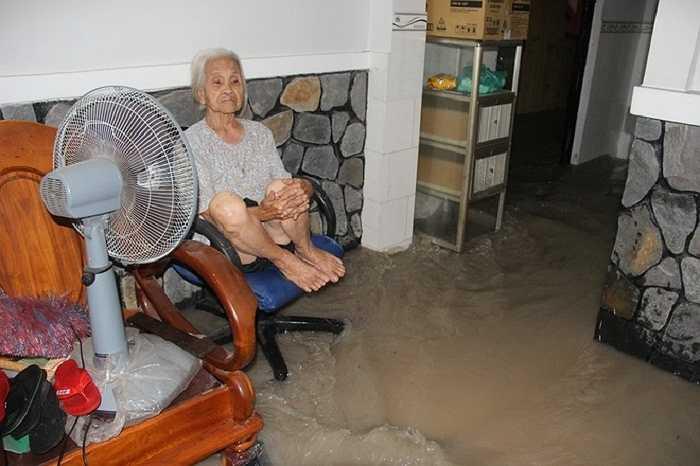 Bà Nguyễn Thị Vui, phường Hố Nai, TP Biên Hòa thất thần khi lần đầu tiên thấy nước tràn vào nhà nhanh và cao như vậy.