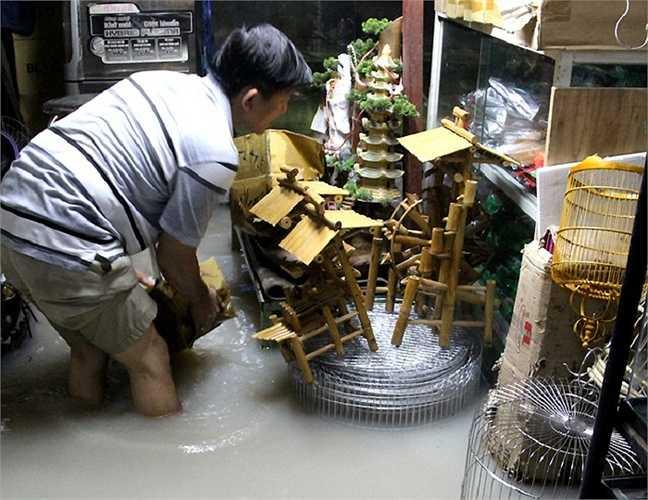 Nhiều nhà dân xung quanh suối Săn Màu bị nước tràn từ phía suối vào, gây ngập lớn. Suốt đêm qua họ thức trắng kê đồ đạc lên cao. Nhiều vật dụng không kịp di chuyển bị ngấm nước.