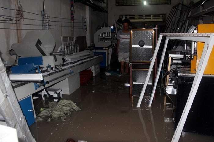'Nước tràn vào nhanh khiến chúng tôi không kịp trở tay', anh Phương, chủ tiệm kính nói.