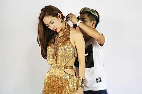 """Sau đó Minh Hằng có hẹn cùng stylist """"thần thánh"""" của mình để thử một số bộ cánh mà Travis Nguyễn đã chuẩn bị cho cô trong tour diễn sắp tới."""