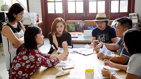 Đầu giờ chiều, Minh Hằng ghé qua chỗ hẹn họp với ekip của chương trình. Được biết Minh Hằng cũng chính là người lên ý tưởng và đạo diễn cho tất cả các tiết mục trong tour diễn lần này.