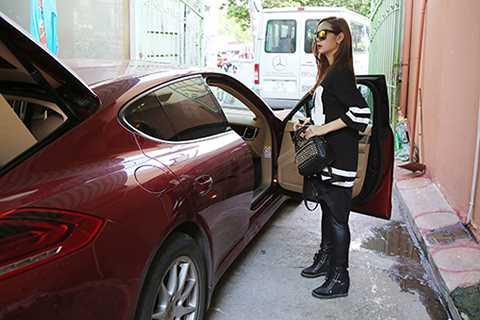 Cuộc họp lâu hơn dự định nên vừa xong cô liền vội vã ra xe phi nhanh đến sân tập.