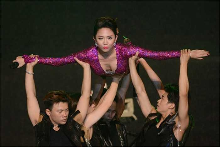 Showbiz Việt chứng kiến cuộc 'đổ bộ' của loạt mỹ nhân đình đám, sở hữu nhan sắc lôi cuốn và phong cách thời trang sexy.