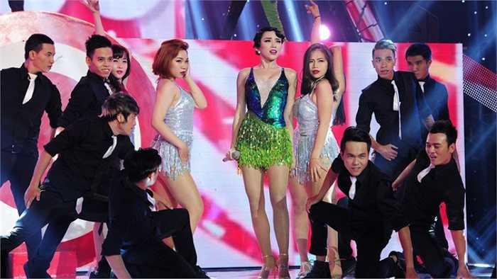 Tóc Tiên quyến rũ mọi ánh nhìn khi xuất hiện trên sân khấu.
