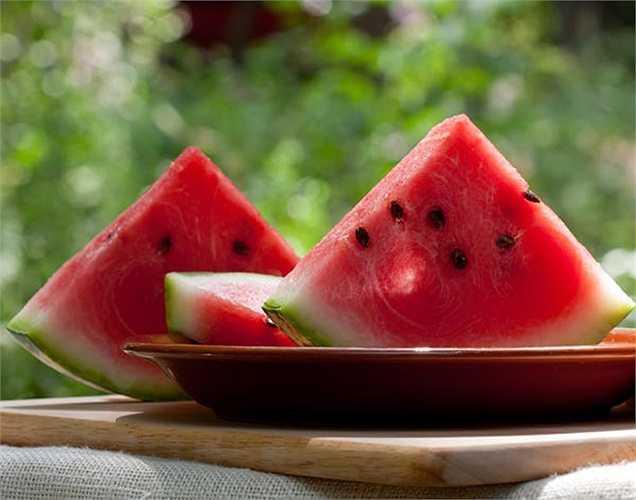 Dưa hấu rất giàu lycopene. Điều này bảo vệ cơ thể khỏi các gốc tự do gây ra do tiếp xúc với ánh nắng mặt trời và ô nhiễm. Đây là một trong những loại thực phẩm tốt nhất để tăng mức độ SPF trong cơ thể.