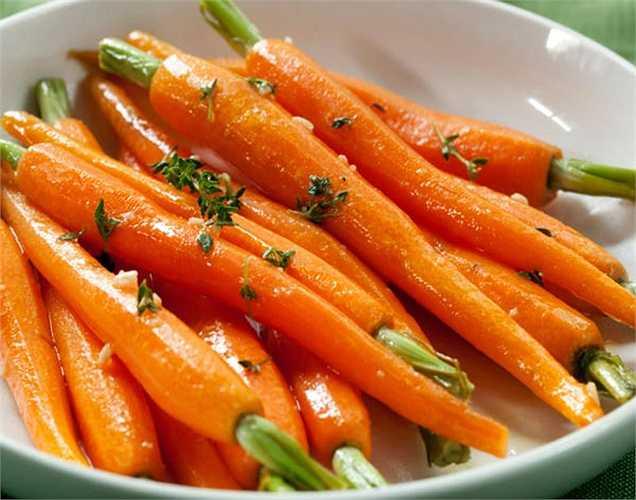 Cà rốt rất giàu beta-carotene giúp tăng cường bảo vệ da. Những carotene giúp cơ thể chống lại các viêm nhiễm gây ra do bỏng da và làm tăng nồng độ SPF.