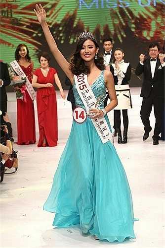 Hoa hậu Hoàn vũ 2015 vừa đăng quang - Tiết Vận Phương đến từ Thâm Quyến có nhan sắc chỉ ở mức trung bình, không nổi trội. Thậm chí so với người đẹp Trương Bá Chi, cô có phần lép vế.