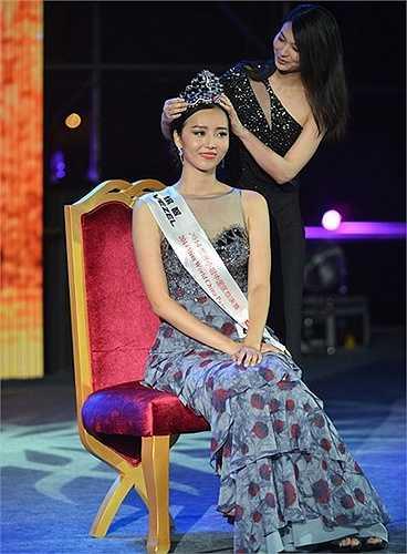 Người đẹp Đỗ Dương đăng quang Hoa hậu Trung Quốc 2014 dù cô có nhan sắc nhạt nhòa với hàm răng khấp khểnh. Ngay cả những người đẹp từng đăng quang tại đấu trường quốc tế như Vu Văn Hà hay Trương Tử Lâm cũng bị đánh giá thắng nhờ tổ chức trên… sân nhà.