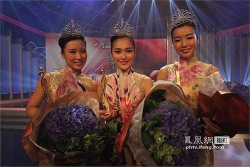 Người đẹp đăng quang năm 2012 - Trương Tử Kỳ cũng vướng thị phi vì gương mặt vuông vắn. Ngay cả Á hậu 2 (ngoài cùng bên phải) cũng vấp chỉ trích vì nhan sắc nhạt nhòa. (Nguồn: Zing)