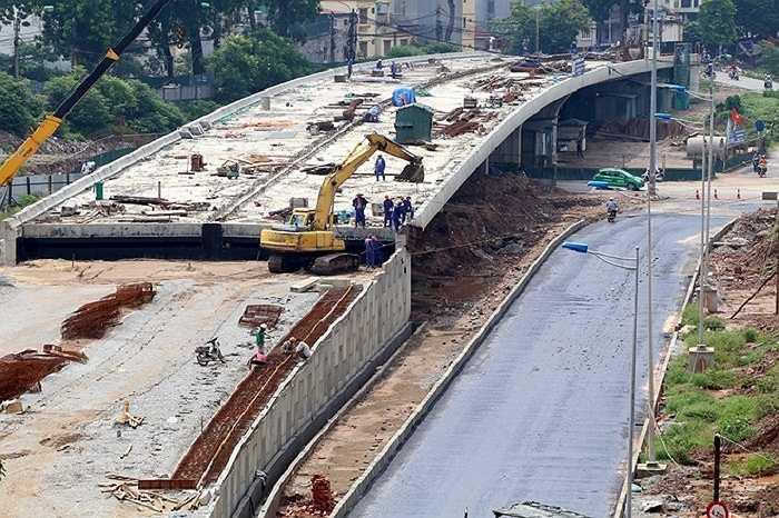 Đến nay tại nút giao Bưởi - Hoàng Quốc Việt, một cầu vượt đang được hoàn thiện. Hệ thống đường dẫn dưới gầm cầu từ Xuân La - Bưởi xuống đường Hoàng Quốc Việt về cơ bản đã hoàn thiện, đến sáng 9/9 bắt đầu được trải một lớp nhựa để hoàn thiện trải lớp đá nhựa.
