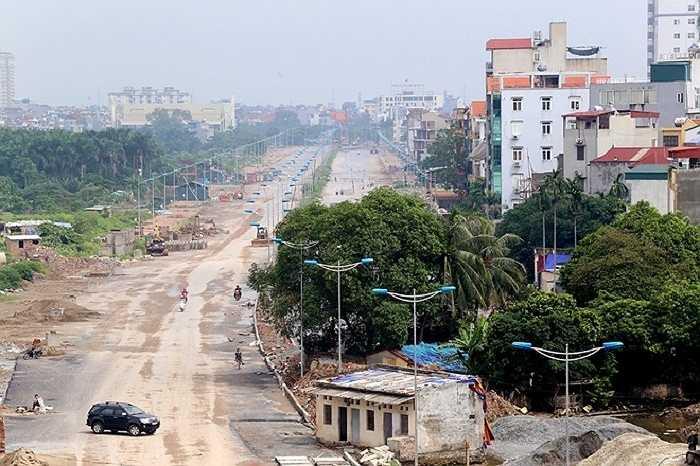 Trên trục đường nối từ cầu Nhật Tân về Cầu Giấy (đường Võ Chí Công), đoạn qua Nghĩa Đô, một số cây xanh lớn án ngữ một bên đường theo hướng từ trung tâm Hà Nội lên cầu Nhật Tân cũng chưa được giải phóng.