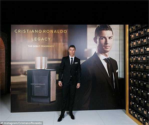 Ronaldo đã khá thành công trong ngành công nghiệp đồ lót và ngày hôm qua, siêu sao Real CR7 đã tung ra nhãn hiệu nước hoa đầu tay, Legacy.