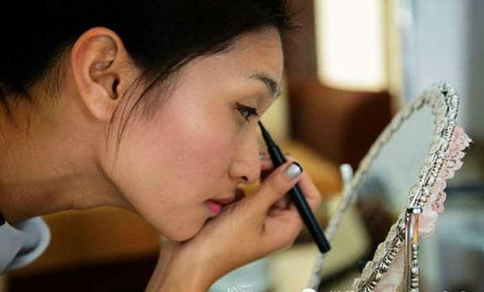 Trang điểm trước khi bắt đầu làm việc đó là công việc không thể quên của Azhu (Quảng Đông). Cô là hình ảnh cho những nữ nhân viên thị trường bất động sản