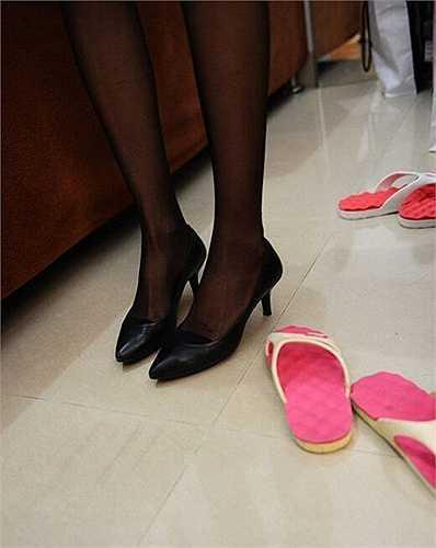 Azhu 27 tuổi đã làm công việc bán hàng của công ty bất động sản được 5 năm. Cô sở hữu chiều ca0 1,7m nhưng vẫn phải dùng đến giày cao gót để có vóc dáng ấn tượng hơn
