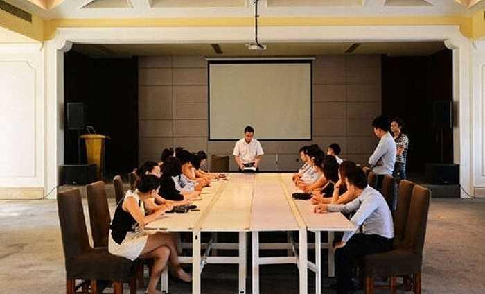 Mỗi sáng, người quản lý sẽ điều hành cuộc họp thông báo về diễn biến thị trường và giải pháp để đạt mục tiêu