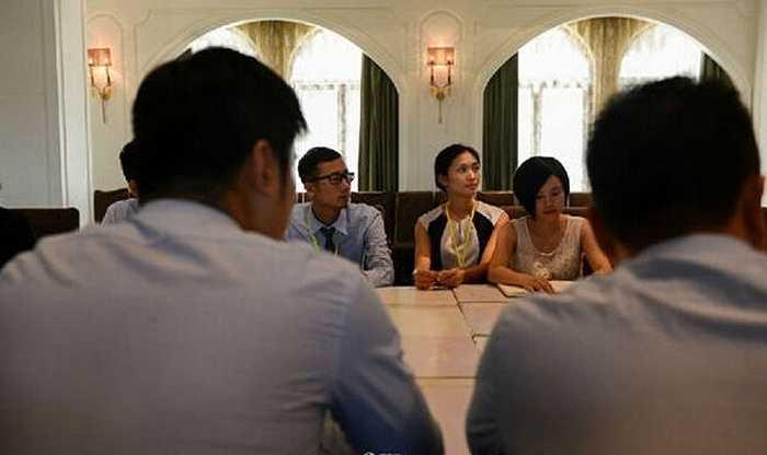 Azhu cùng các nhân viên khác chăm chú theo dõi để dự định những kế hoạch cần phải làm