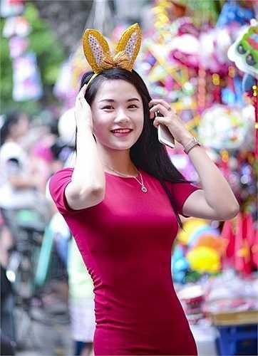 Hot girl Học viện Cảnh sát Trần Phương Nhung thu hút sự chú của của mọi người xung quanh bởi gương mặt thanh tú, nụ cười tỏa nắng.
