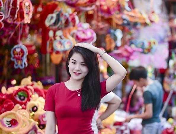 Nhung đẹp rạng ngời trên phố Hàng Mã (Hà Nội).