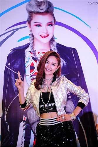 Minh Hằng vừa có buổi ra mắt album 'Yolo' khá hoành tráng tại một trung tâm thương mại. Cô diện trang phục khoẻ khoắn, khoe vòng eo thon gọn.