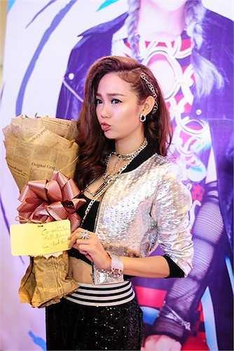 Minh Hằng nhận được nhiều tình cảm từ các fans. Hình ảnh Minh Hằng 'Yolo' là một cô gái hiện đại, cá tính, nhiều màu sắc và tràn đầy năng lượng.