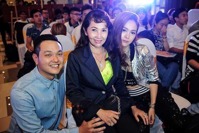 Mẹ nữ ca sỹ cũng đến dự để chung vui với con gái.