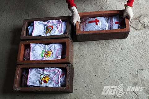 Những hài nhi được bọc trong vải liệm, túi nilon và chôn cùng một bộ quần áo trẻ sơ sinh