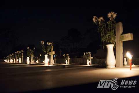 Những ngôi mộ lung linh nến trong một đêm lễ thánh