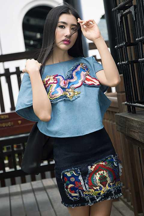 Trong bộ ảnh mới, cô đã thay đổi phong cách giản đơn thường ngày bằng một vẻ đẹp hiện đại và cá tính khi diện những thiết kế mới của Thủy Nguyễn.