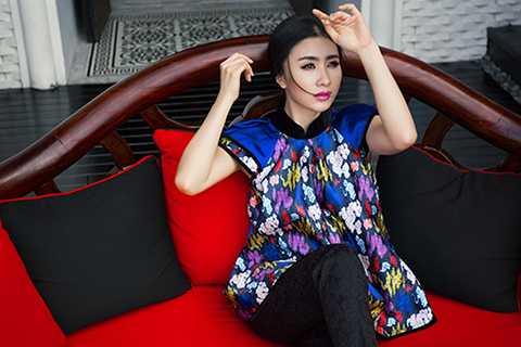Nguyệt Ánh khoe vẻ thanh lịch với trang phục kiểu dáng đơn giản, phối hợp màu sắc và họa tiết hài hòa.