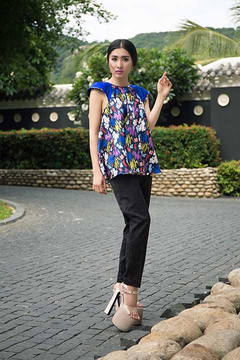 Tác giả bộ sưu tập - nhà thiết kế Thủy Nguyễn chia sẻ, chị đã mất 3 tháng để cho ra đời những trang phục kết hợp chất liệu gấm cao cấp và denim hiện đại, cá tính.