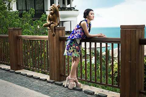 Bộ ảnh được thực hiện với sự hỗ trợ của stylist Tân Đà Lạt, nhiếp ảnh gia Tiên Nguyễn, trang điểm Phúc Nghĩa, thời trang tóc Hà Duy Nam và nhà thiết kế Thủy Nguyễn.