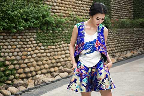 Mới đây, Nguyệt Ánh đã thực hiện bộ ảnh mới với những bộ trang phục từ chất liệu gấm truyền thống.