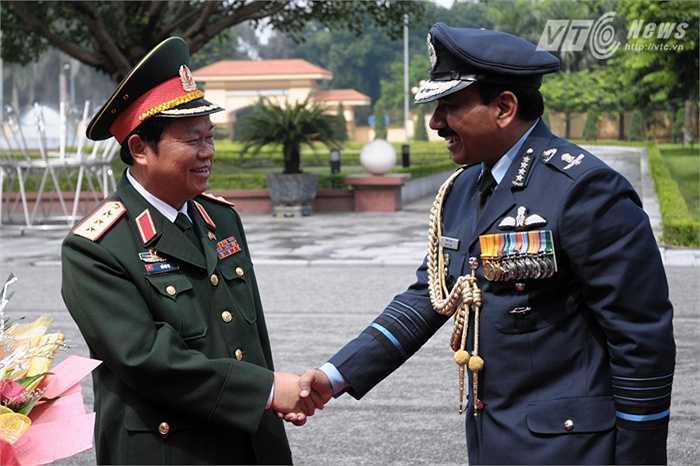 Sáng 10/9, Thượng tướng Đỗ Bá Tỵ, Tổng tham mưu trưởng QĐND Việt Nam đón Đại tướng Arup Raha, Chủ tịch Tham mưu trưởng kiêm Tư lệnh Không quân Ấn Độ.