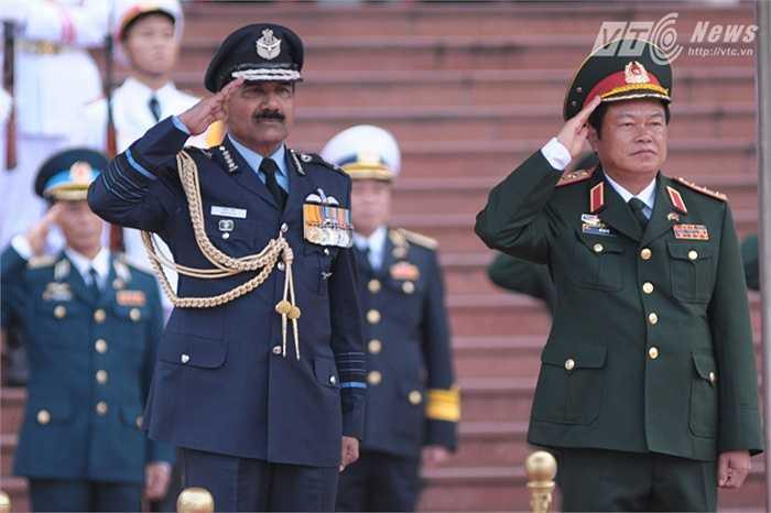 Thượng tướng Đỗ Bá Tỵ và Đại tướng Arup Raha làm lễ chào cờ