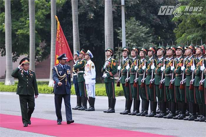 Đại tướng Arup Raha Chủ tịch Tham mưu trưởng kiêm Tư lệnh Không quân Ấn Độ, duyệt đội danh dự Quân đội nhân dân Việt Nam