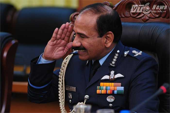 Sau lễ đón, Thượng tướng Đỗ Bá Tỵ tổ chức hội đàm với Đại tướng Arup Raha