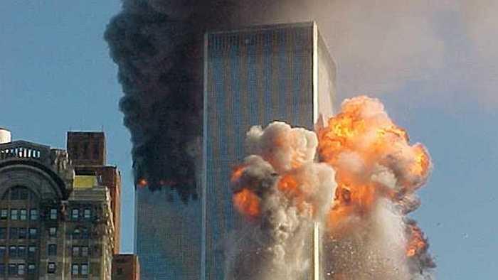 Khoảnh khắc tòa tháp phía Nam bị tấn công